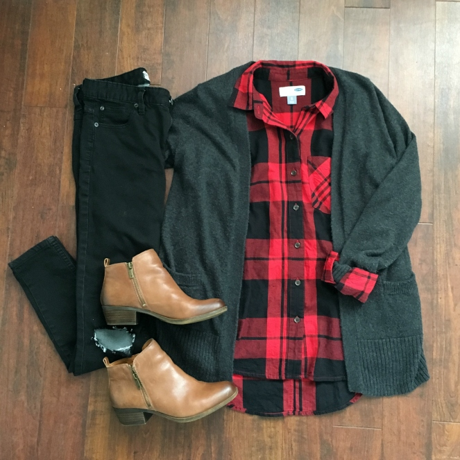 Casual way to wear buffalo plaid: black skinny jeans and a grey cardigan